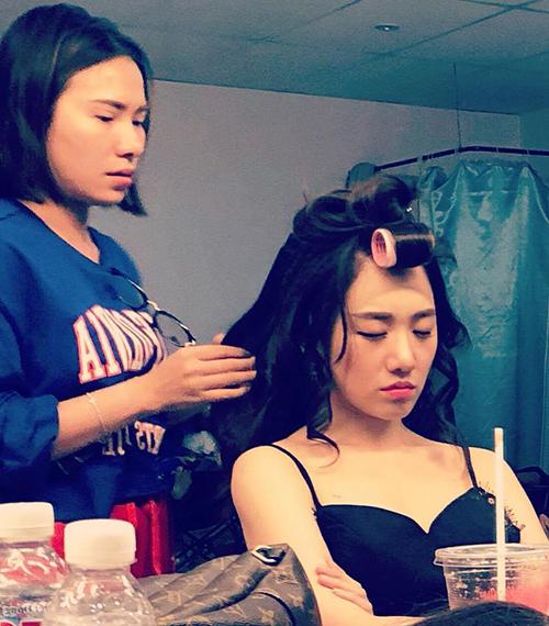 Hari Won ngồi ngủ gật trong lúc đang làm tóc.
