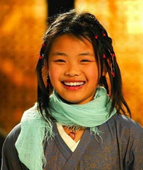 Nổi danh khi đóng Võ lâm ngoại truyện từ khi 12 tuổi nhưng vì ngoại hình kém xinh, Vương Sa Sa thường xuyên bị gọi với cái tên sao nhí xấu nhất Trung Quốc.