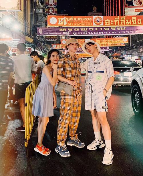 Bộ ba hoa dâm bụt Hòa Minzy - Đức Phúc - Erik đọ style mỗi người một vẻ trên đường phố Bangkok.