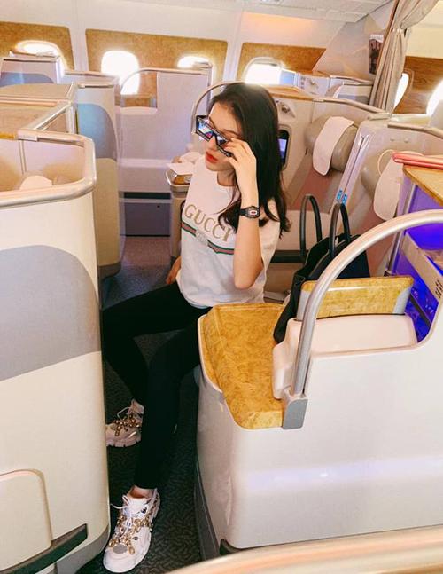 Huyền My sang chảnh trên chuyến bay từ châu Âu về Việt Nam.