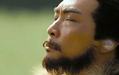 Râu giả của nhân vật phụ bị bong trong phim Anh hùng xạ điêu.