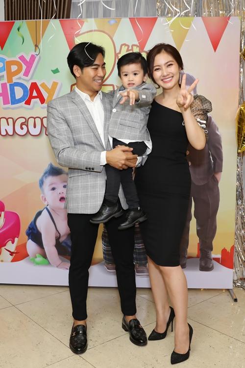 Tối 12/2, Ngọc Lan - Thanh Bình tổ chức bữa tiệc ấm cúng với gia đình, bạn bè thân thiết để mừng sinh nhật tuổi lên 2 của con trai Louis.