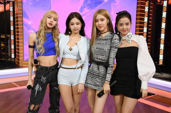 Tại show Goodmorning America, câu chuyện thời trang khác biệt giữa các thành viên vẫn khiến nhiều fan bức xúc. Người hâm mộngán ngẩm khi Roséluôn phải mặc những bộ váy ôm sát nhạt nhòa không điểm nhấn. Fan Lisa cũng không thể chịu nổi với những outfit mà stylist trao tặng cho búp bê Thái.
