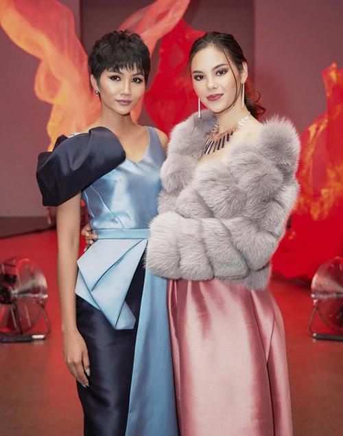 Đây là sự kiện thời trang đầu tiên cả hai cùng tham dự từ khi Miss Universe 2018 kết thúc. Hai người đẹp từng cùng thắng giải Vẻ đẹp vượt thời gian của Missosology vui vẻ đọ sắc bên nhau.