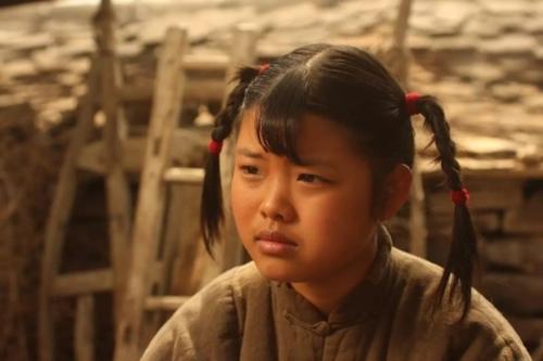 Tuy không có ngoại hình, Vương Sa Sa vẫn chinh phục khán giả với lối diễn xuất tự nhiên khi tuổi đời còn nhỏ như thế.