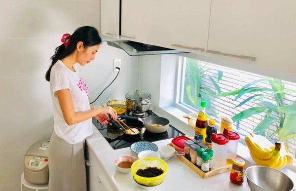 Công Vinh bày tỏ nỗi thương vợ khi thấy Thủy Tiên vất vả bếp núc.