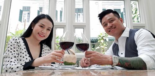 Trong quãng thời gian mang thai con thứ ba, Hương Baby được Tuấn Hưng hâm nóng tình cảm khi dẫn đi ăn trong ngày Valentine.