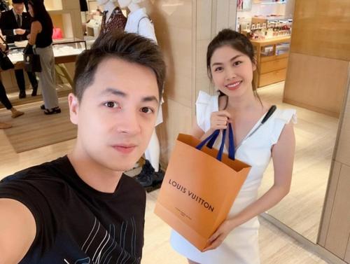 Đăng Khôi dẫn bà xã Thủy Anh đi mua giày hàng hiệu nhân ngày Valentine. Anh chia sẻ: Đã mua xong quà Valentine tặng người yêu. Thế là tối nay đã được ngủ ngon rồi.