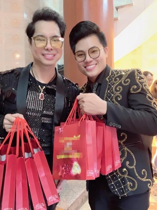Ngọc Sơn đi mua vàng từ lúc nửa đêm cùng học trò Duy Cường. Cả hai bỏ ra hơn 100 triệu để mua vàng tặng bạn bè, người thân trong ngày vía Thần Tài.