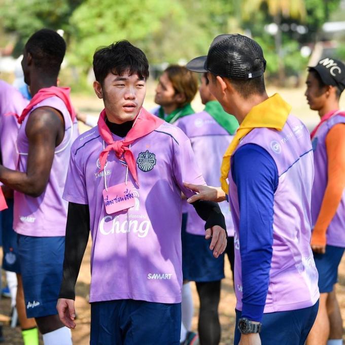 <p> Đội phó ĐTQG Việt Nam tham gia buổi tập huấn quân sự cùng đồng đội tại doanh trại gần sân Chang Arena. Hoạt động kéo dài trong 3 ngày 11-13/2.</p>
