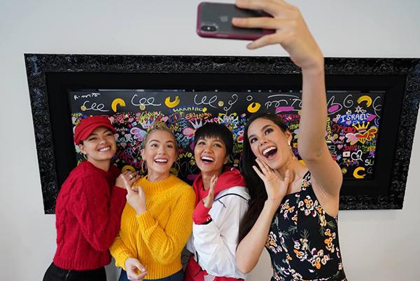 HHen Niê có cơ hội cùng Miss Universe 2018 Catriona Gray đến thăm trụ sở của tổ chức Miss Universe tại Mỹ.