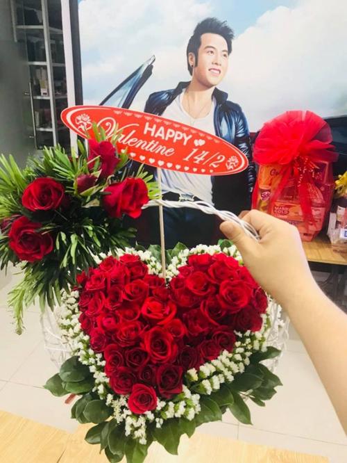 Akira Phan được tặng hoa trong ngày lễ tình nhân.