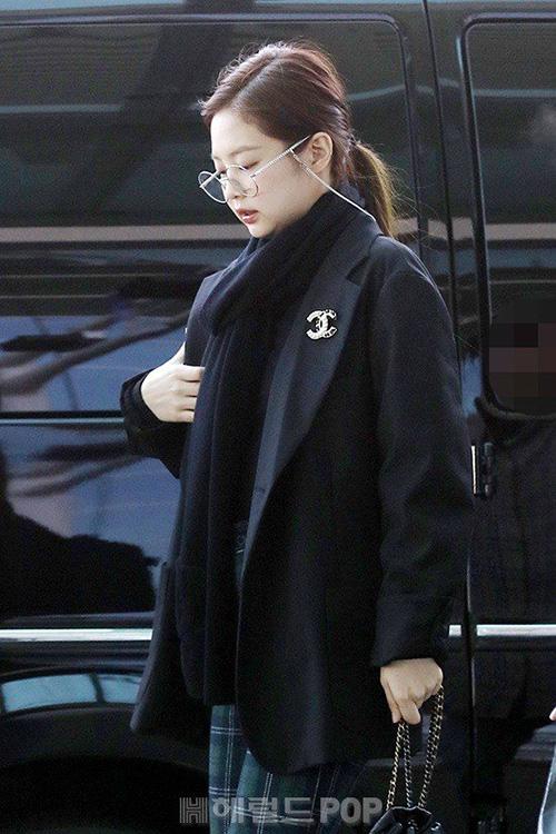 Đến chiều ngày 14/2, Black Pink lại ra sân bay để đến Singapore tổ chức concert. Người hâm mộ lo lắng cho lịch trình làm việc kín mít của nhóm nữ nhà YG.