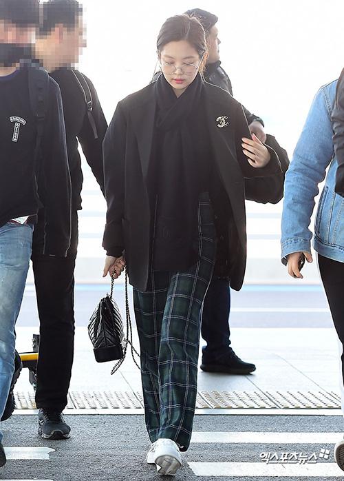 Jennie mặc đồ tiện dụng nhưng từ áo khoác đến kính mắt đều thuộc thương hiệu Chanel.