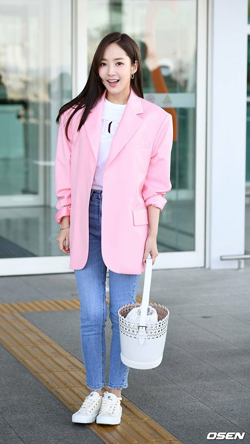 Park Min Young trẻ trung với tông màu hồng. Kiểu áo với thiết kế lạ khiến phần vai của nữ diễn viên lực lưỡng bất thường.