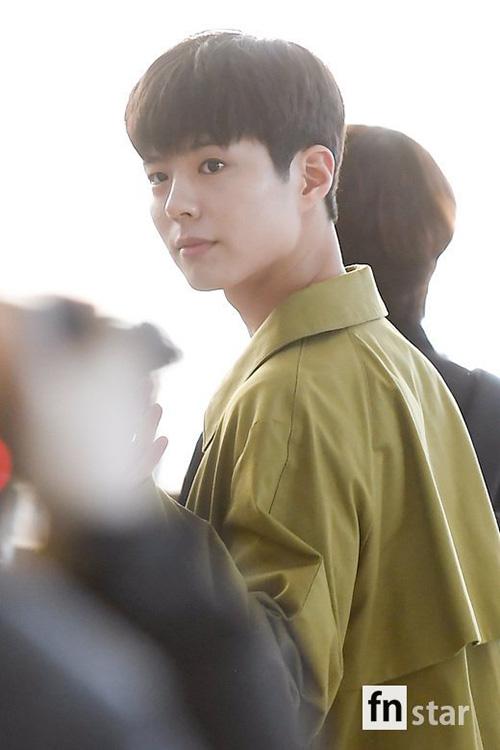 Park Bo Gum gây thương nhớ khi để mặt mộc đầy ngây thơ ở sân bay. Nhan sắc của nam diễn viên ngày càng thăng cấp sau khi cắt tóc.