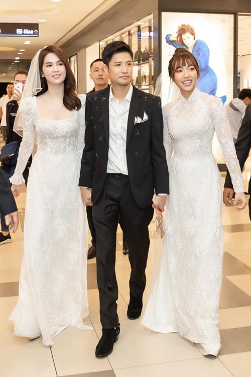 Tối 13/2, Ngọc Trinh - Diệu Nhi xuất hiện trong buổi ra mắt phim điện ảnh Vu quy đại náo do mình thủ vai chính. Cả hai gây bất ngờ khi xuất hiện với chiếc áo dài trắng họa tiết ren nổi bật cùng khăn choàng đầu giống hệt một cô dâu.