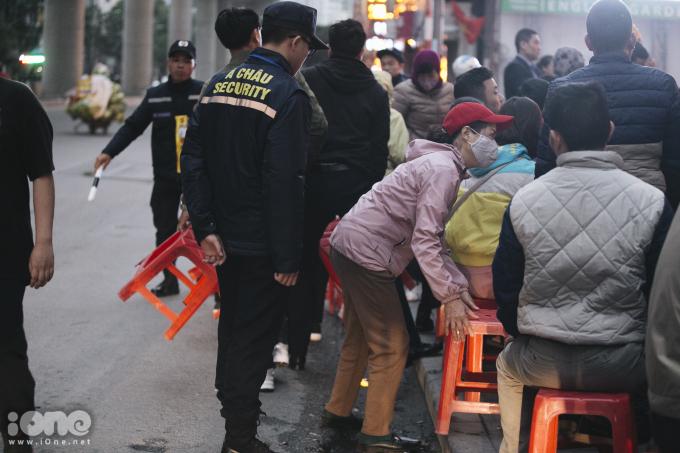 <p> Ở hầu hết các tiệm vàng trong thành phố, mới sáng sớm nhưng lượng khách hàng ghé mua vàng rất đông. Ở khu vực Cầu Giấy, nhiều người phải đứng tràn ra đường xếp hàng chờ mua vàng.</p>