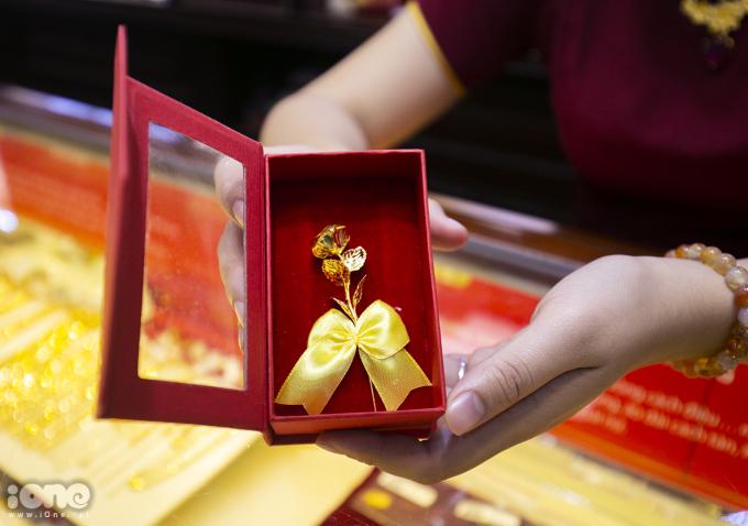 <p> Ngày Thần Tài và Lễ Tình Nhân năm nay trùng nhau vì thế nhiều loại nhẫn cầu hôn, hoa hồng vàng cũng trở nên đắt hàng hơn.</p>
