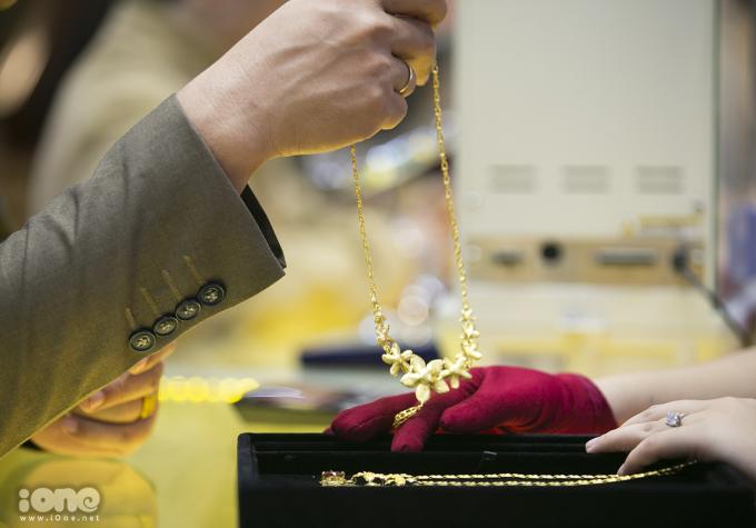 <p> Giá vàng miếng, nhẫn tròn trơn, bản vàng đắc lộc tăng nhẹ so với hôm qua. Giá vàng trang sức không thay đổi.</p>