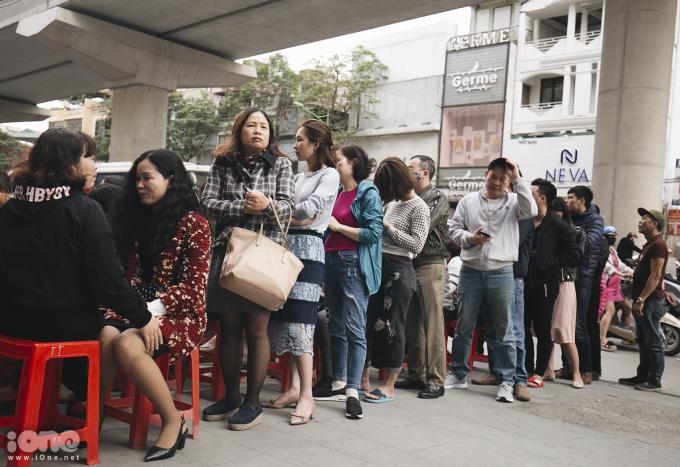 <p> Vì lượng khách đến quá đông so với dự kiến nên nhiều khách hàng không còn ghế để ngồi.</p>