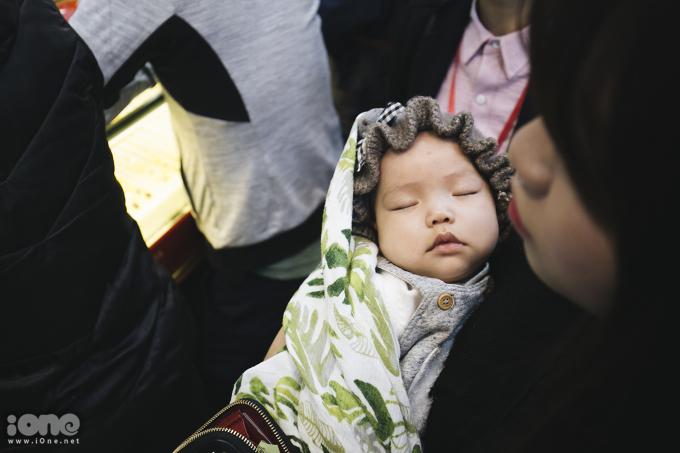 <p> Để chọn lựa được những miếng vàng ưng ý, nhiều bậc phụ huynh không ngại mang theo con nhỏ đi sắm vàng khiến các bé khá mệt mỏi vì phải chen nhau nơi đông người.</p>