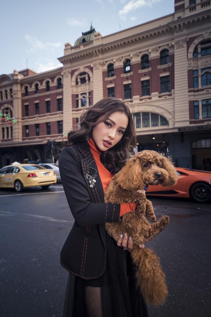 <p> Phương Trinh Jolie có nhan sắc xinh đẹp, bốc lửa, được nhiều chàng trai mến mộ nhưng cô hiện vẫn... độc thân vui tính.</p>