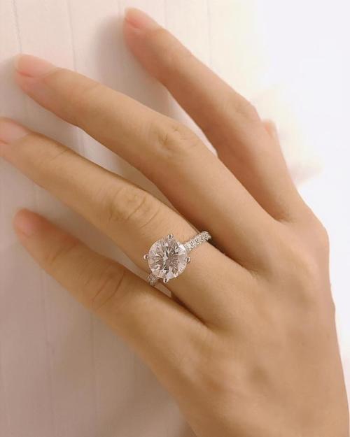 Chiếc nhẫn kim cương đính hôn của Phạm Hương.