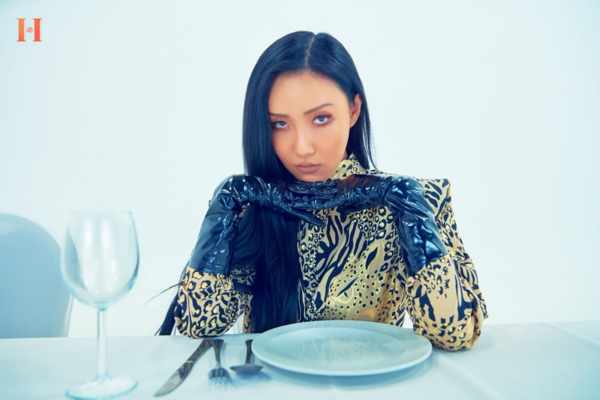 Hwasa tung MV solo debut, fan quắn quéo vì cặp đôi bách hợp