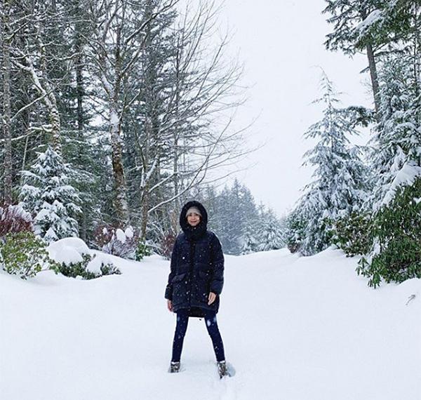 Hà Tăng sướng rơn khi được ngắm cảnh tuyết trắng bao phủ ở Mỹ.