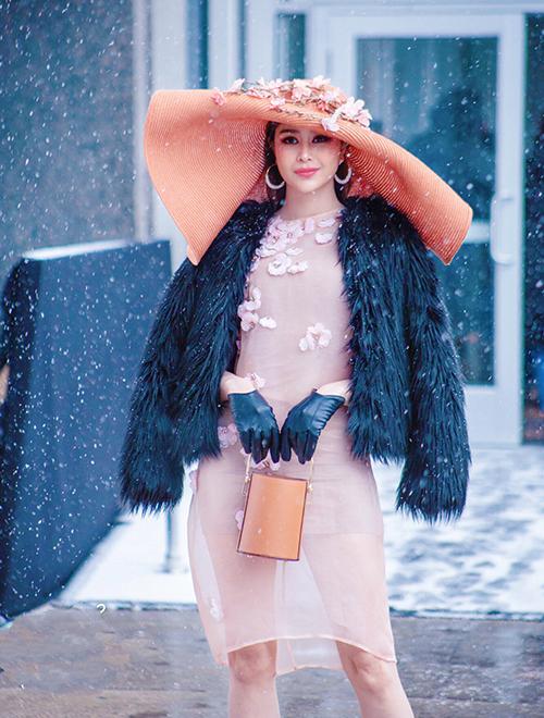 Giữa thời tiết -4 độ của New York với tuyết rơi dày đặc, Hoa hậu Điện ảnh 2016 chỉ giữ ấm cơ thể bằng chiếc áo lông Moschino khoác hờ. Tuy nhiên cô vẫn giữ được vẻ ngoài tươi tắn.