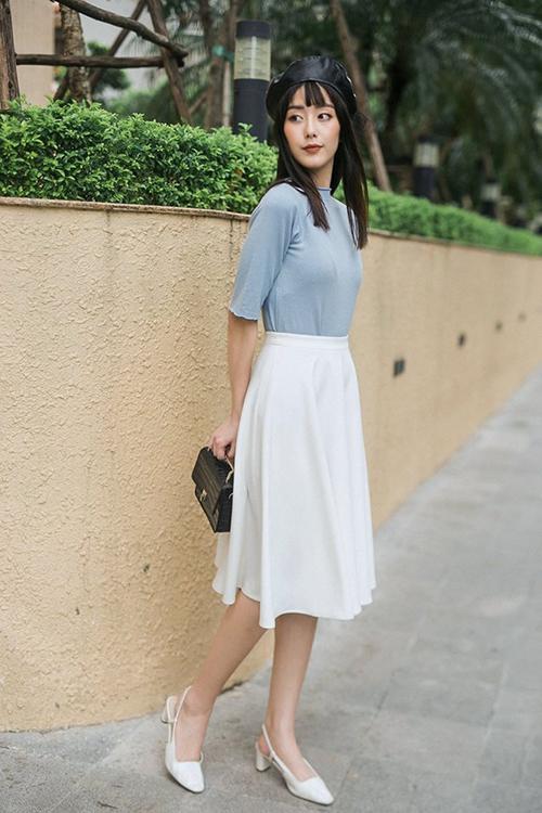 ... hay các kiểu áo thun, áo len mỏng đơn giản đều đẹp. Đây cũng là trang phục không cần mix-match cầu kỳ.