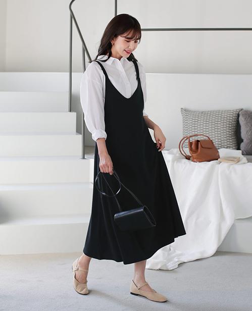 Sơ mi trắng kết hợp cùng váy yếm đen được lòng nhiều cô gái hơn cả vì hợp với mọi cô nàng.