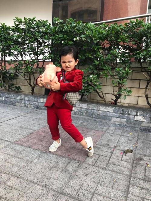 Bé Minh Cường, tên ở nhà là Kubi là con trai của cặp đôi Khánh Thi - Phan Hiển. Cậu bé 4 tuổi được nhiều khán giả yêu mến bởi vẻ ngoài kháu khỉnh, điển trai. Bên cạnh đó, gu thời trang sành điệu, được bố mẹ đầu tư cũng giúp Kubi nổi bật so với bạn bè đồng trang lứa. Cậu bé sở hữu kho đồ hiệu không kém cạnh người lớn. Trong hình, Minh Cường mix bộ suit đỏ cùng giày Gucci phiên bản nhí có giá hơn 7 triệu đồng và túi đeo chéo Gucci gần 13 triệu đồng.