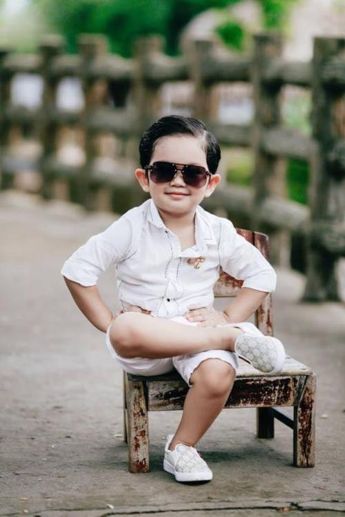 Dù ở nhà hay ra phố, Minh Cường cũng được bố mẹ cho ăn diện chẳng thua kém fashionista nhí trên thế giới.