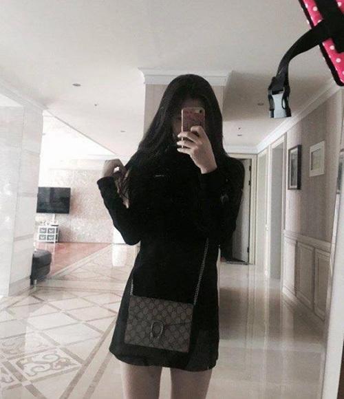 Chae Ryeong khoe chiếc túi hàng hiệu và chụp ảnh ở phòng khách rộng, sang chảnh. Netizen dự đoán cô nàng sống trong một căn biệt thự cao cấp