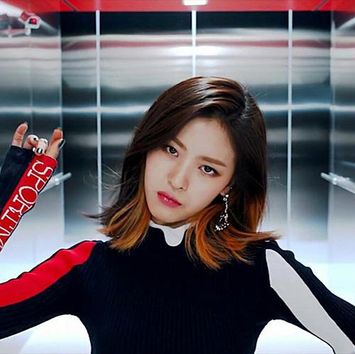 Center của Ryu Jin từ nhỏ đã yêu thích thần tượng. Cô nàng được JYP tuyển chọn khi đang tham gia vào buổi fanmeeting của GOT7. Mới đây, Ryu Jin thể hiện khả năng tiếng Anh cực đỉnh. Nhiều fan đoán rằng cô nàng cũng theo học ở một ngôi trường quốc tế.