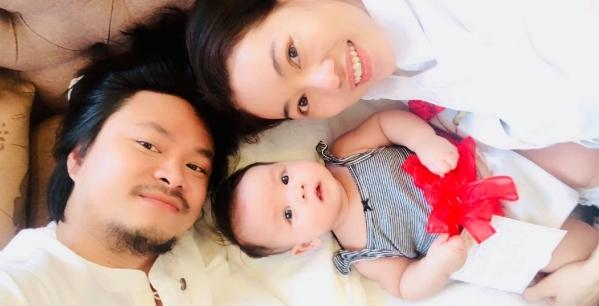 Đạo diễn Hoàng Nhật Nam tặng quà cho vợ - chị Phạm Kim Dung món quà chính là cô con gái Annie, 3 tháng tuổi. Anh còn dễ thương kỳ công thắt nơ, gắn thiệp vào công chúa nhỏ. Vợ anh chia sẻ đây là món quà to nhất, quý giá vô cùng.