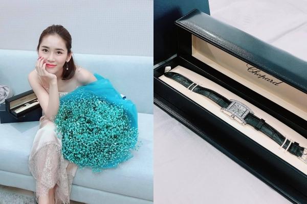 Hot girl - ca sĩ Vân Shi khoe được bạn trai tặng hoa và đặc biệt là chiếc Chopard trị giá 36,000usd khoang gần 900 triệu