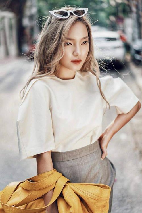 Hot girl 22 tuổi có vẻ ngoài cá tính, đẹp lạ với mắt xếch, môi đầy đặn. Cô nàng cũng chính là người tiên phong cho hàng loạt trào lưu làm đẹp ở Việt Nam như da nâu, môi tều, tóc mái ngố...