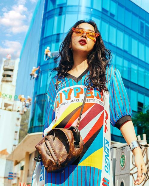 Trong những bức hình, Châu Bùi luôn mang đến cảm giác nổi loạn, ngổ ngáo nhưng cũng rất high fashion. Sự khác biệt giúp hot girl rất được lòng các thương hiệu thời trang quốc tế, thường xuyên được mời dự show nước ngoài.