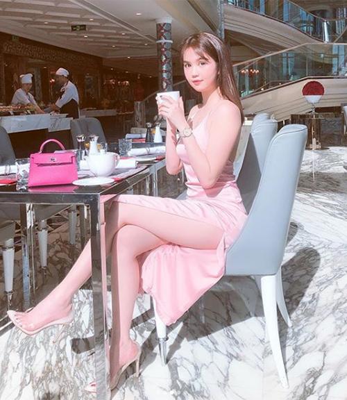 Có làn da trắng nõn cùng vẻ đẹp trong veo như búp bê, Ngọc Trinh rất yêu thích tông hồng giúp cô tôn lên ưu điểm vốn có. Tủ quần áo, phụ kiện của người đẹp vì thế mà cũng tràn ngập màu sắc này.