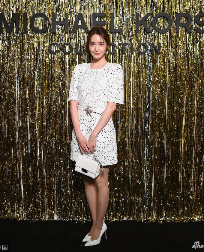 <p> Yoon Ah là khách mời trong show của Michael Kors tại New York Fashion Week. Người đẹp xuất hiện trên thảm đỏ với cả cây đồ màu trắng thanh lịch và tinh tế.</p>