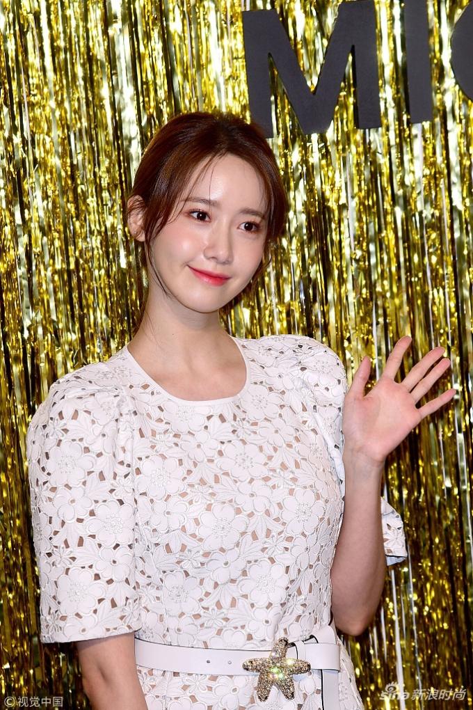 """<p> Ở mọi góc chụp, Yoon Ah được khen giữ nguyên thần thái rạng rỡ, không thể """"bị dìm"""" ngay cả dưới ánh đèn flash.</p>"""