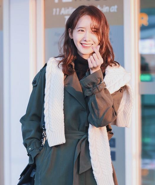 <p> Dù phải chạy show liên tục, Yoon Ah trông không hề mệt mỏi. Ở sân bay, nữ idol được khen vì ăn vận đơn giản nhưng vẫn toát lên nét tươi tắn, rạng ngời.</p>