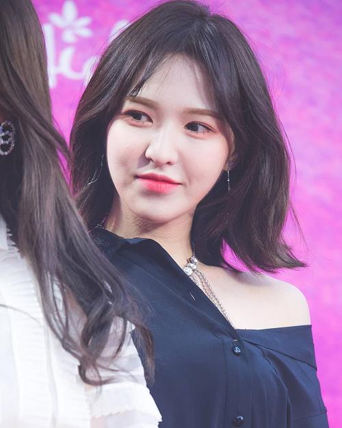 Vốn sở hữu gương mặt trái xoan hoàn hảo nên mái tóc bob cực kì hợp với nữ idol, cộng thêm màu tóc đen ánh nâu tự nhiên lại càng khiến làn da của cô nàng thêm trắng sáng và giúp gương mặt Wendy trở nên nổi bật, xinh đẹp hơn. Chính vì vậy, rất nhiều cô gái Hàn Quốc bắt kịp ngay xu hướng, xuống tóc giống hệt nữ idol để có được tạo hình mới và xinh xắn hơn.