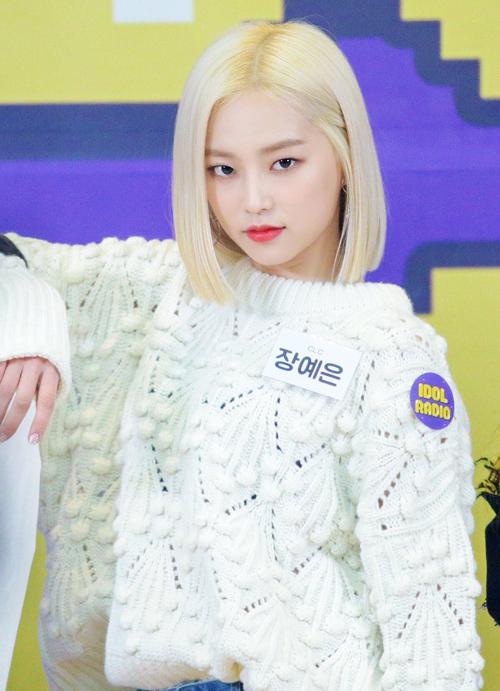 Sau loạt hình ảnh đậm chất girl crush với kiểu tóc bob đen láy khiến cư dân mạng Hàn phải xôn xao, cô nàng Ye Eun của nhóm CLC lại gây bất ngờ với mái tóc bạch kim cá tính. Bởi vốn đã sở hữu gương mặt với đường nét nhỏ nên nữ rapper 20 tuổi rất chuộng kiểu tóc ngang cằm, giúp cô khoe được những góc mặt sắc sảo nhất của mình.