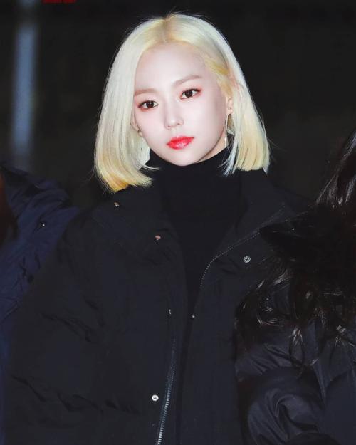 Trái với những hình ảnh nữ tính trong quá khứ, giờ đây Ye Eun không chỉ khiến các fan nam mê mệt mà còn rải thính làm nhiều fan nữ liêu xiêu trước vẻ đẹp quyến rũ, cool ngầu của cô nàng với mái tóc vàng óng. Không chỉ vậy, kiểu tóc này còn khiến cô nàng nổi bật và ghi dấu ấn với khán giả hơn các idol vẫn để mãi một kiểu tóc dài phổ biến.