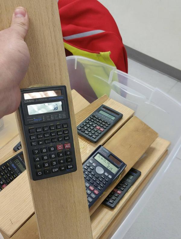 Để tránh tình trạng nhiều học sinh lỡ tay cầm nhầm máy tính của trường về nhà, trường học này đã quyết định gắn chặt chúng vào &  các tấm gỗ dài, điều này gây những sự khó khăn cho những ai có ý định lấy trộm chúng.