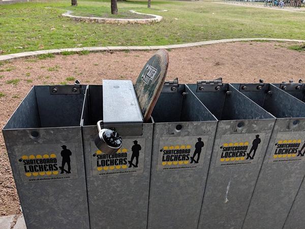 Trường trung học với tủ khóa ván trượt. Nếu bạn lo nghĩ ván trượt có thể bị mất trong lúc bạn đang say sưa học tập. Đừng quá lo, những chiếc tủ khóa ván trượt sẽ bảo quản chúng một cách tốt nhất.